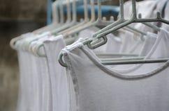 Maglia bianca del filo stendiabiti Fotografia Stock Libera da Diritti