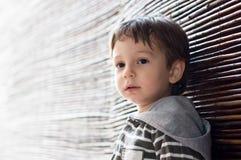 Maglia con cappuccio d'uso del ragazzo osservata mancanza Fotografia Stock Libera da Diritti