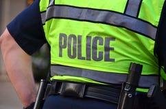 Maglia d'uso di sicurezza del poliziotto Fotografia Stock Libera da Diritti