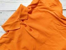 Maglietta arancio sui bordi bianchi Fotografia Stock