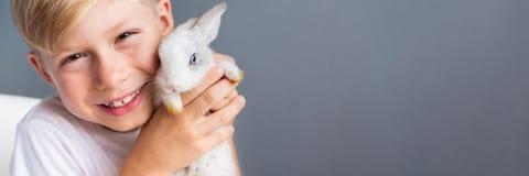 Maglietta bianca del ragazzino e coniglio dwarfish addomesticato immagini stock