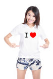 Maglietta bianca di esposizione felice della ragazza con testo (amore di I) Immagine Stock Libera da Diritti
