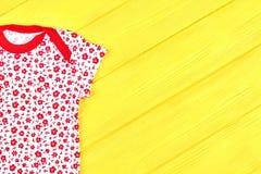 Maglietta bianca e rossa della neonata Fotografie Stock
