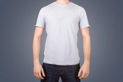 Maglietta bianca sul giovane Fotografia Stock