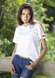 Maglietta in bianco bianca con un modello femminile alla moda Fotografia Stock