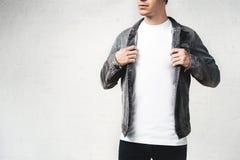 Maglietta in bianco bianca d'uso del giovane tipo alla moda fotografia stock libera da diritti