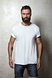 Maglietta in bianco bianca d'uso del tipo barbuto immagini stock