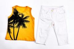 Maglietta della neonata e pantaloni bianchi Fotografie Stock Libere da Diritti