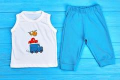 Maglietta e pantaloni del neonato Fotografia Stock Libera da Diritti