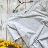 Maglietta grigia su un fondo di legno immagine stock libera da diritti