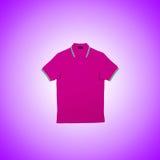 Maglietta maschio contro i precedenti di pendenza Fotografia Stock Libera da Diritti