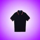 Maglietta maschio contro i precedenti di pendenza Fotografie Stock Libere da Diritti