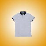 Maglietta maschio contro i precedenti di pendenza Immagine Stock Libera da Diritti