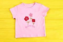 Maglietta rosa del fumetto della neonata Fotografia Stock Libera da Diritti