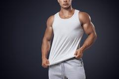 Maglietta senza maniche bianca d'uso del giovane culturista Fotografia Stock Libera da Diritti