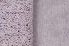 Maglione colorato pastello tricottato con il modello visibile piegato su tessuto vellutato Vista superiore, spazio della copia immagine stock libera da diritti