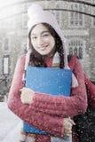 Maglione d'uso dello studente sveglio alla scuola Fotografie Stock