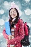 Maglione d'uso dello studente sveglio con il fondo di inverno Immagini Stock