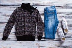 Maglione e blue jeans scuri Fotografie Stock Libere da Diritti
