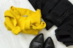 Maglione giallo, jeans neri e stivali concetto alla moda Fotografia Stock Libera da Diritti
