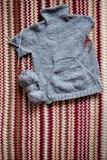 Maglione grigio tricottante incompleto per il bambino con gli aghi immagine stock libera da diritti