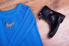 Maglione tricottato, scarpa, primo piano della collana Immagini Stock