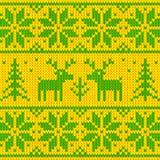 Maglione verde e giallo con l'ornamento dei cervi Fotografia Stock