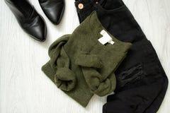 Maglione verde, jeans neri e scarpe concetto alla moda Immagine Stock Libera da Diritti