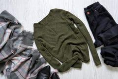 Maglione verde, jeans neri e una sciarpa concetto alla moda Immagine Stock Libera da Diritti