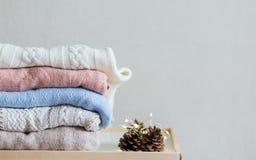 Maglioni dei lavori o indumenti a maglia sui precedenti bianchi fotografie stock libere da diritti