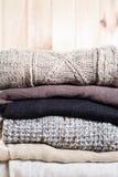 Maglioni tricottati caldi della pila da Grey beige di Brown del filato di legno Stile del Kinfolk di modo di Eco Materiali natura Immagine Stock