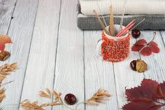 Maglioni tricottati della lana Il mucchio dell'inverno tricottato, autunno copre su fondo di legno, maglioni, lavori o indumenti  Immagine Stock Libera da Diritti