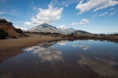 Magma de l'eau/pluie sur le ciel bleu de San Antonio Mount Baldy Under Cloudy de bâti de Milou en hiver en Californie du sud Image libre de droits