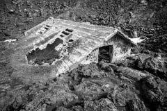 Magma, maison engloutie par la lave Catastrophe naturelle images stock