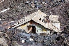 Magma, maison engloutie par la lave Catastrophe naturelle photo stock