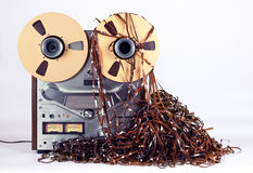Magnétoscope ouvert de platine du dérouleur de bobine avec la bande empêtrée malpropre photo stock