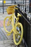 Magnífico sale la bici amarilla Fotografía de archivo libre de regalías