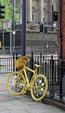 Magnífico sale la bici amarilla Fotos de archivo