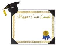 Magna mit Laude Hochschuldiplom mit Schutzkappe und tasse Lizenzfreie Stockfotos