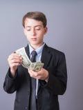 Magnate joven que cuenta el dinero Fotos de archivo