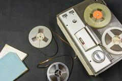 Magneetbanden en oude bandrecorder stock fotografie