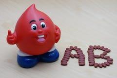 Magnesio ferroso del fumarato 200 con las vitaminas para el tipo AB del donante de sangre fotografía de archivo