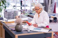 Magnesowy elegancki szef pracuje na rysunkowym obsiadaniu w biurowym krześle zdjęcie royalty free