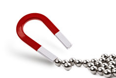 Magnet, der Chrombälle anzieht Stockfotografie