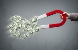 Magnet- und Geldzeichen getrennt auf weißem Hintergrund Stockfotos