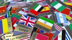 Magnete o distintivo del ricordo con il testo e la bandiera nazionale del Dubai fra quei differenti Viaggiando negli Emirati Arab stock footage