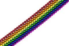 Magnete variopinto delle sfere nella linea dell'arcobaleno su un contesto bianco Fotografie Stock Libere da Diritti