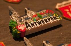 Magneten för minne i turist- souvenir shoppar av belgisk stad royaltyfria bilder