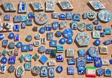 Magneten mit Bildern von Tieren und von Symbolen im Shop des Mittlere Ostens Lizenzfreie Stockbilder