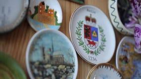 Magneter på kylskåpet i form av tefat från olika länder lager videofilmer